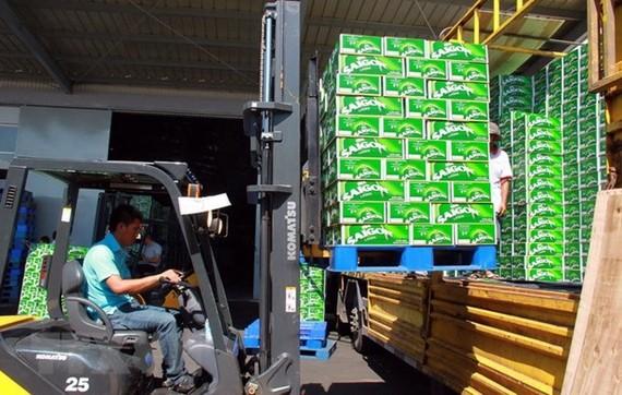 Vận chuyển sản phẩm bia. (Ảnh: Công Thử/TTXVN)