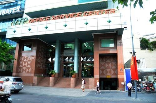 Cao ốc số 8 Nguyễn Huệ, quận 1, TP HCM được Công ty Quản lý Kinh doanh nhà TP cho Công ty Vạn Thịnh Phát thuê với giá hơn 13,5 USD/m²/tháng, trong khi công ty này cho thuê lại hơn 28 USD/m²/tháng. Ảnh: TẤN THẠNH