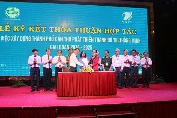 Lãnh đạo thành phố Cần Thơ và VNPT ký kết hợp tác phát triển đô thị thông minh.