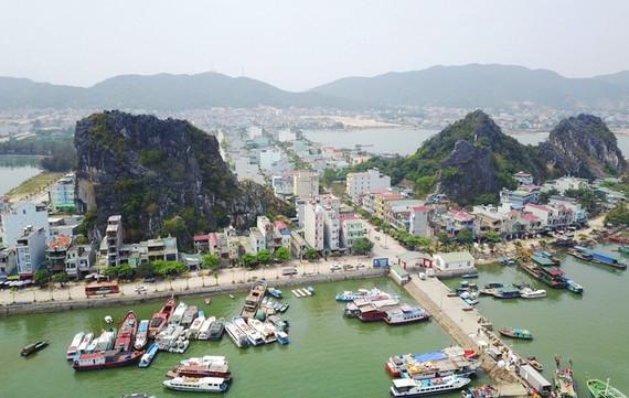 Khu vực cảng Cái Rồng, Vân Đồn, Quảng Ninh, nơi đây sẽ có các dự án khu đô thị thông minh, hiện đại xây dựng sát bên bờ cảng, nhìn ra biển - Ảnh: NGỌC QUANG