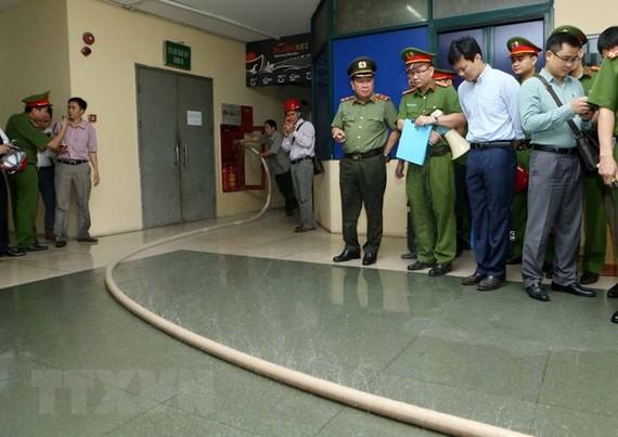 Đoàn kiểm tra công tác phòng cháy, chữa cháy Bộ Công an kiểm tra chung cư cao tầng M3, M4 số 91, Nguyễn Chí Thanh, phát hiện hệ thống đường ống chữa cháy bị hỏng gây chảy nước. (Ảnh: Doãn Tấn/TTXVN)