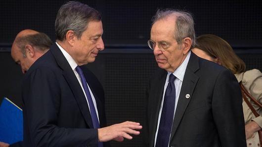 Bộ trưởng Tài chính Italy Pietro Carlo Padoan (phải) và Chủ tịch ECB Mario Draghi. Ảnh: AFP