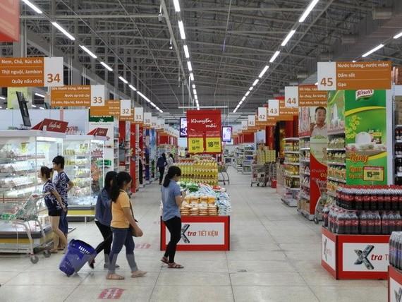 Người tiêu dùng mua sắm tại đại siêu thị Co.op Extra. (Ảnh: Thanh Vũ/TTXVN)