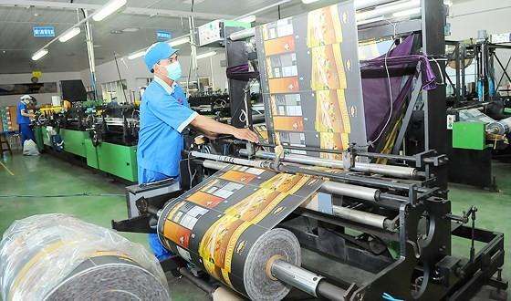 Sản xuất bao bì nhựa tại một đơn vị. Ảnh: Ảnh: CAO THĂNG