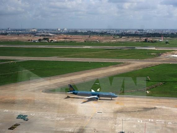 Đường hạ cất cánh 25R/07L. (Ảnh: TTXVN phát)