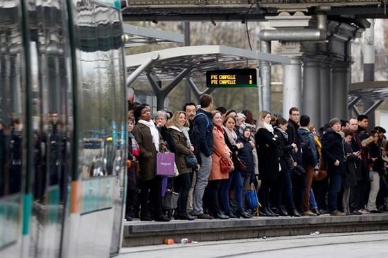 Hành khách bị mắc kẹt bởi cuộc đình công của SNCF hôm 3-4. (Nguồn: Finance Time)