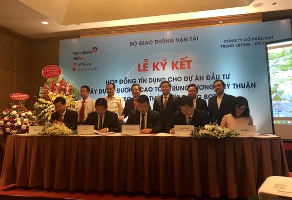 Dự án đầu tư xây dựng đường cao tốc Trung Lương-Mỹ Thuận giai đoạn 1 theo hình thức hợp đồng BOT do Công ty CP BOT Trung Lương-Mỹ Thuận làm chủ đầu tư đã chính thức ký hợp đồng tín dụng với 4 ngân hàng lớn. Ảnh: VGP/Phan Trang
