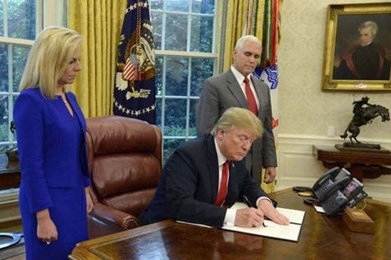 Tổng thống Mỹ Donald Trump ký sắc lệnh hủy bỏ quy định chia tách trẻ em trong các gia đình nhập cư bất hợp pháp vào Mỹ