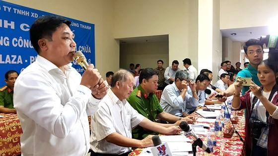 Lãnh đạo Công ty Hùng Thanh (chủ đầu tư chung cư Carina Plaza) trao đổi tiến độ khắc phục hư hỏng chung cư với cư dân