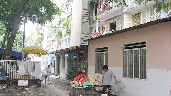 Các hộ dân di dời khỏi chung cư Thanh Đa, quận Bình Thạnh, TPHCM. Ảnh: HUY ANH