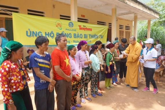 Đại diện Phú Long trao quà cho các hộ gia đình bị thiệt hại do lũ tại huyện Quản Bạ.