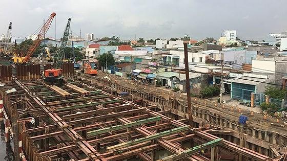 Công trình cống kiểm soát triều Phú Định, quận 8 đang được thi công. Ảnh: QUỐC HÙNG