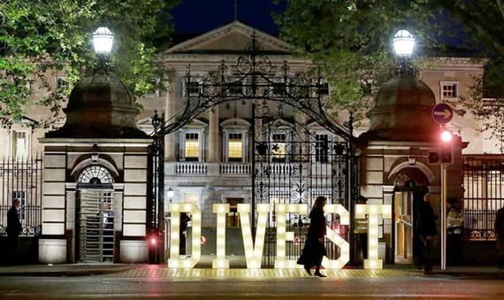 Một thông điệp gửi tới chính phủ Ireland thoái vốn khỏi các loại nhiên liệu hóa thạch được nêu ở phía trước tòa nhà quốc hội.