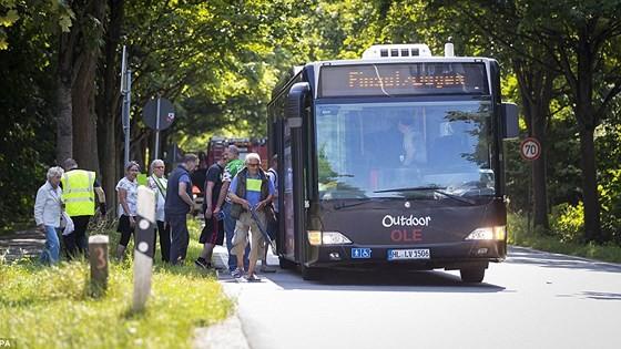 Hành khách được đưa lên một xe buýt khác trong khi cảnh sát điều tra vụ tấn công. Ảnh: EPA