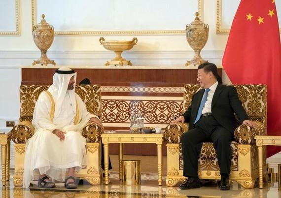 Hoàng thái tử Abu Dhabi Sheikh Mohammed bin Zayed Al Nahyan (trái) và Chủ tịch Trung Quốc Tập Cận Bình tại cuộc gặp ở Abu Dhabi của UAE ngày 19/7. (Ảnh: AFP/TTXVN)