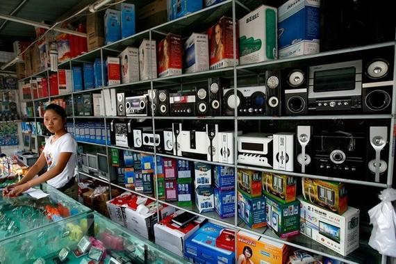 Quầy hàng bán đồ điện tử do Trung Quốc sản xuất tại thủ đô Bắc Kinh. (Nguồn: AFP/TTXVN)