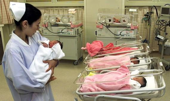 Y tá nữ tại bệnh viện nhi Tokyo. Ảnh: Haruyoshi Yamaguchi / Reuters