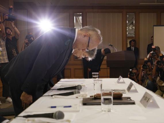 Chủ tịch Keisuke Miyazawa (phải) và Giám đốc điều hành Đại học Y khoa Tokyo Tetsuo Yukioka xin lỗi tại cuộc họp báo ngày 7-8.