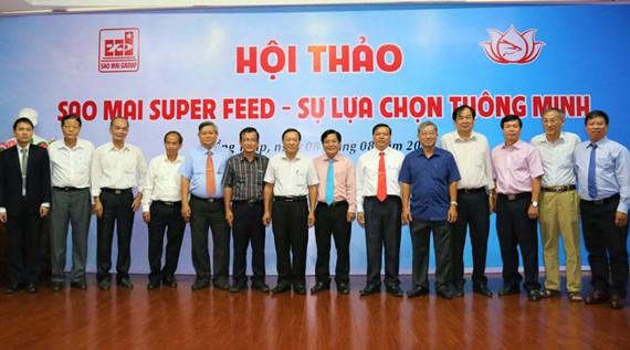 Ban lãnh đạo Sao Mai Group chụp ảnh lưu niệm với lãnh đạo Hiệp hội cá Tra Việt Nam, hộ nuôi  liên kết.