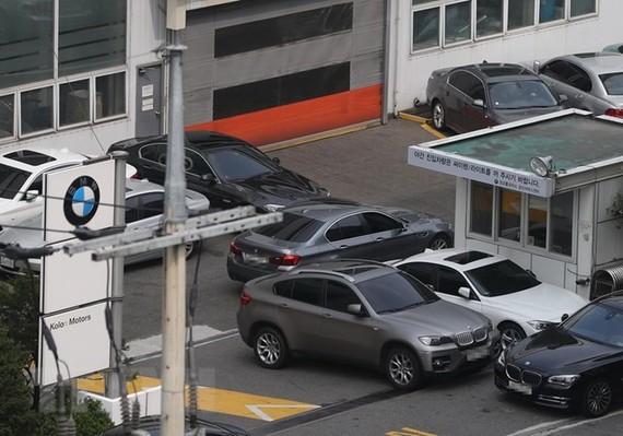 Xe BMW chờ kiểm tra tại trung tâm bảo hành của hãng ở Seoul, Hàn Quốc ngày 3/8. (Ảnh: Yonhap/TTXVN)