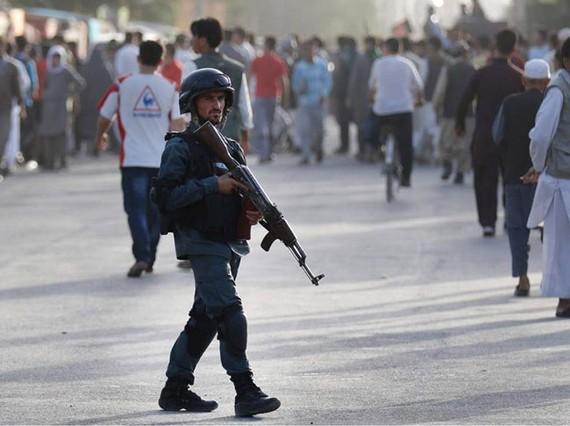 Tuần tra an ninh tại hiện trường vụ tấn công tự sát ở Kabul, Afghanistan (EPA)