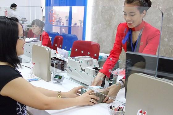 Khách hàng giao dịch tại một ngân hàng  Ảnh: CAO THĂNG