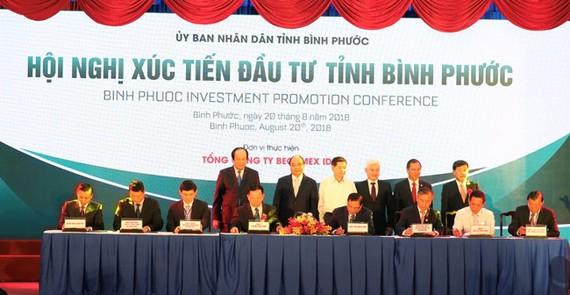 Ông Phan Đình Tuệ, Phó Tổng giám đốc Sacombank (ngồi thứ 3 từ phải qua) ký hợp đồng hợp tác toàn diện với Becamex Bình Phước.