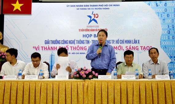 Ông Dương Anh Đức, Giám đốc Sở Thông tin và Truyền thông TPHCM thông tin giải thưởng với báo chí.