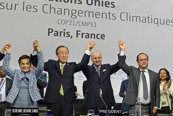 Các nhà lãnh đạo thông qua Hiệp định Paris về biến đổi khí hậu tại COP21