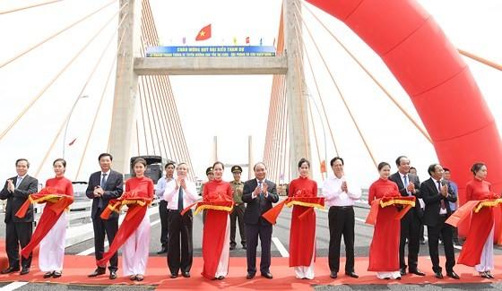 Thủ tướng Nguyễn Xuân Phúc phát lệnh thông xe cao tốc Hạ Long-Hải Phòng