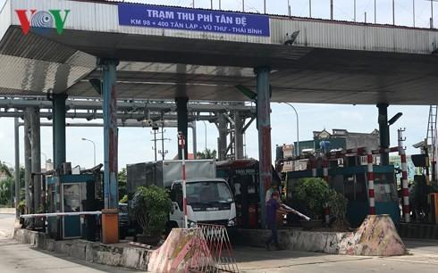Lái xe khi qua trạm BOT cầu Tân Đệ (Quốc lộ 10) tự xuống nhấc barie thu phí trong những ngày đầu trạm này chưa xả.