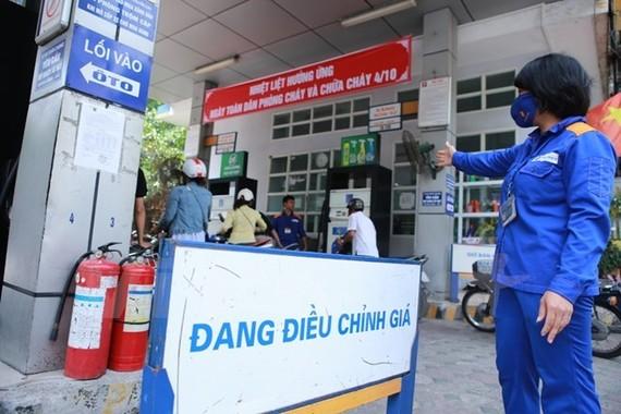 Một trong những cửa hàng trực thuộc Petrolimex chuẩn bị niêm yết giá mới. (Ảnh: Đức Duy/Vietnam+)