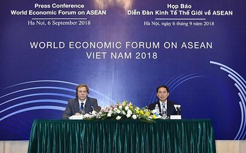 Thứ trưởng Bùi Thanh Sơn- Trưởng Ban Tổ chức Hội nghị WEF ASEAN 2018 và ông Justin Wood- Giám đốc khu vực châu Á - Thái Bình Dương của Diễn đàn Kinh tế Thế giới chủ trì họp báo (Ảnh: VGP/Tuấn Dũng)