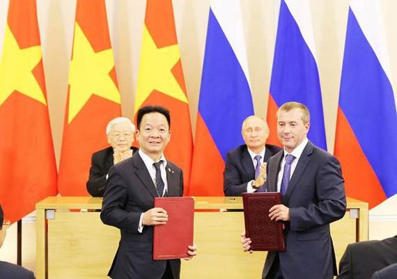 Tổng Bí thư Nguyễn Phú Trọng và Tổng thống Nga Putin chứng kiến lễ ký kết của đại diện SHB với đại diện các định chế tài chính quốc tế tại Nga.