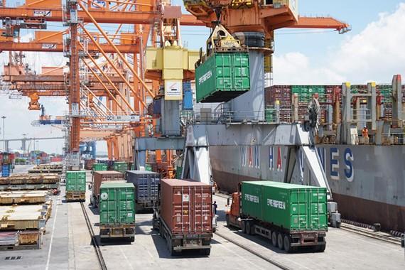Bốc dỡ hàng hóa tại cảng Tân Vũ, Hải Phòng