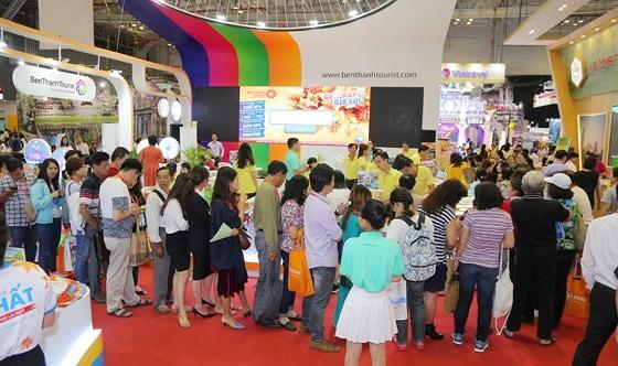 Du khách tham quan, tìm hiểu tour du lịch tại một hội chợ quốc tế vừa diễn ra ở TPHCM