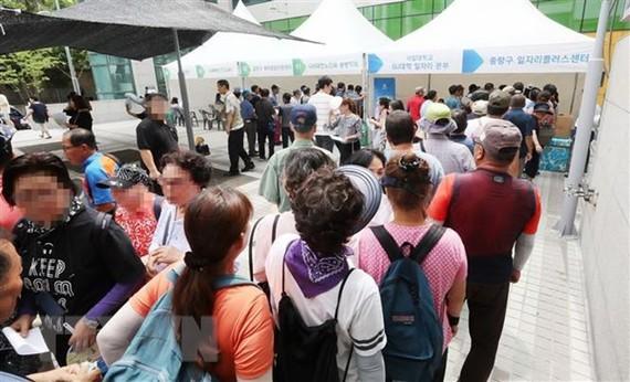 Người tìm việc xếp hàng tại hội chợ việc làm ở Seoul, Hàn Quốc ngày 20/8. (Ảnh: Yonhap/TTXVN)