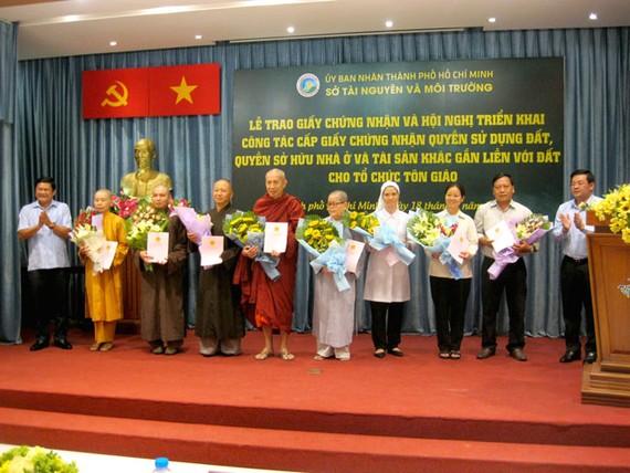Lễ trao giấy chứng nhận cho các cơ sở tôn giáo.