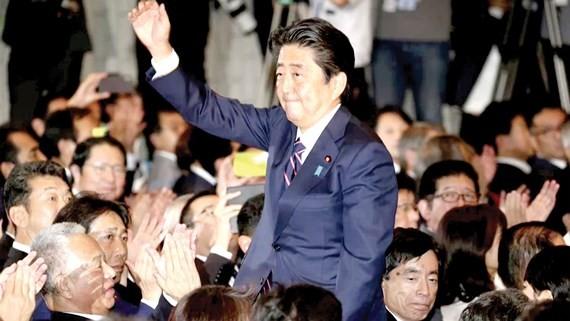Các nghị sĩ đảng Dân chủ tự do chúc mừng Thủ tướng Nhật Bản Shinzo Abe
