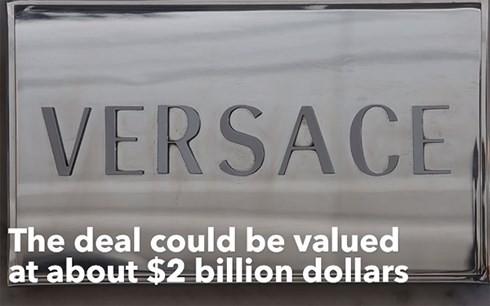 Michael Kors thâu tóm Versace với giá 2,2 tỷ USD.