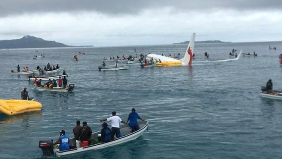 Nhiều thuyền nhỏ cứu sống những người trên máy bay