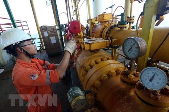 Công nhân làm việc tại giàn nén khí trung tâm mỏ Bạch Hổ. (Ảnh: Huy Hùng/TTXVN)