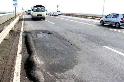 Mặt cầu Thăng Long đang bị lún, nứt, gây nguy hiểm cho người và phương tiện tham gia giao thông.