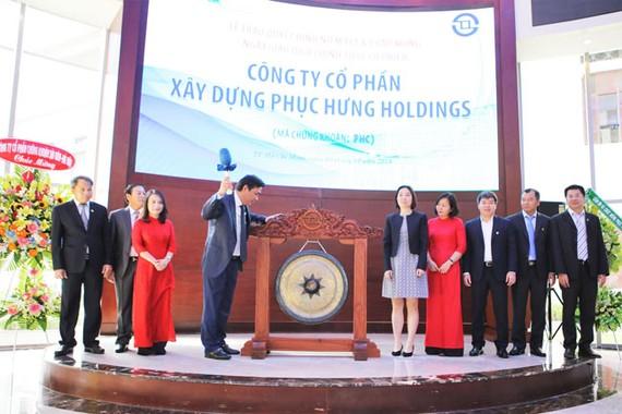 Chủ tịch HĐQT PHC thực hiện nghi thức đánh cồng niêm yết CP trên HOSE