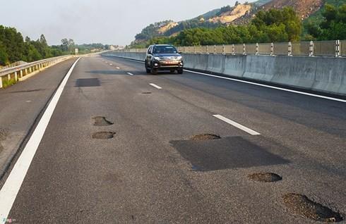 Cao tốc Đà Nẵng - Quảng Ngãi vừa thông xe mới hơn 1 tháng nhưng đã xuất hiện nhiều điểm ổ gà, rạn nứt mặt đường, gây nguy hiểm cho người và phương tiện tham gia giao thông. Ảnh Zing.vn