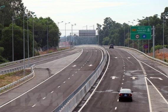 Các phương tiện lưu thông trên cao tốc Đà Nẵng-Quảng Ngãi. (Ảnh: Trần Tĩnh/TTXVN)