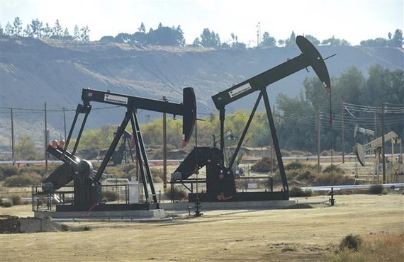 Giá dầu thế giới giảm sau tác động của cuộc chiến thương mại Mỹ-Trung
