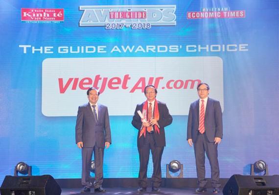 Phó Tổng giám đốc Vietjet Đỗ Xuân Quang nhận giải thưởng