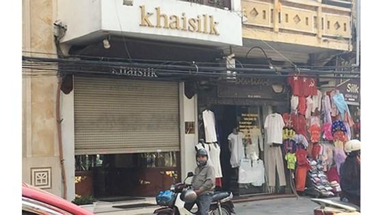 """Một cửa hàng của Khaisilk ở quận Hoàn Kiếm (Hà Nội), nơi người mua phát hiện khăn lụa được bán có cả nhãn mác """"made in China"""" lẫn với nhãn """"made in Vietnam"""", sự việc gây xôn xao dư luận vào thời điểm cuối năm 2017."""