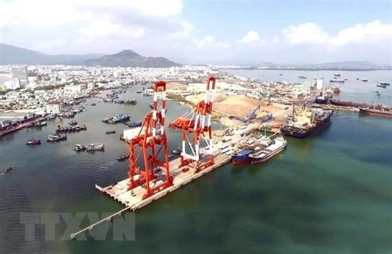 Cầu cảng bốc xếp container của cảng Quy Nhơn. (Ảnh minh họa: Nguyên Linh/TTXVN)